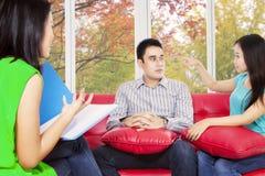 年轻夫妇参观精神病医生 库存照片