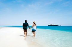 年轻夫妇参观Aitutaki盐水湖库克群岛 免版税库存照片