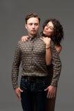 年轻夫妇可笑的画象  免版税库存照片