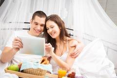 夫妇吃早餐在河床 免版税库存照片