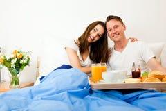 夫妇吃早餐在河床 库存图片
