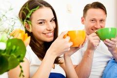 夫妇吃早餐在河床 图库摄影