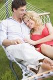 夫妇吊床放松的微笑 免版税库存图片