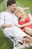 夫妇吊床放松的年轻人 免版税库存照片