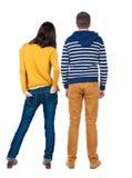 年轻夫妇后面看法拥抱并且调查距离 免版税库存照片