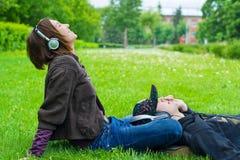 夫妇听的音乐 库存照片
