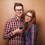 夫妇听的音乐 免版税库存照片
