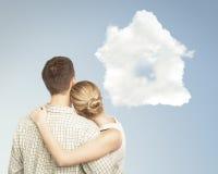 夫妇和云彩房子 免版税图库摄影