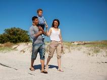 夫妇和他们的在一个热夏日的新儿子 免版税库存照片