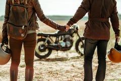 夫妇和咖啡馆竟赛者摩托车 免版税库存照片