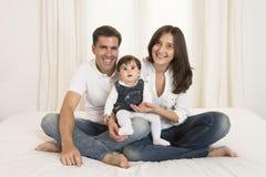 年轻夫妇和女婴 免版税库存照片