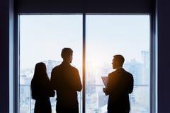 夫妇和房地产开发商窗口成交概念 免版税库存图片