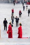 夫妇和摄影师庭院的在北京 免版税库存照片