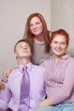 年轻夫妇和母亲。 库存图片