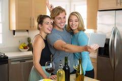 年轻夫妇和第三个轮子有selfie图片的乐趣在家姿势对在他们的社会网络的份额 免版税库存照片