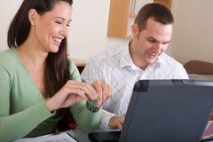 夫妇和计算机 库存图片