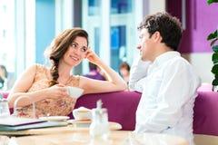 年轻夫妇咖啡馆饮用的咖啡 免版税库存照片