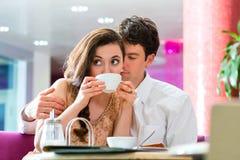 年轻夫妇咖啡馆饮用的咖啡 图库摄影