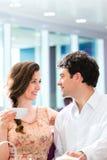年轻夫妇咖啡馆饮用的咖啡 免版税库存图片