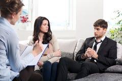 年轻夫妇咨询在心理学家 免版税库存图片