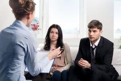 年轻夫妇咨询在心理学家 免版税库存照片