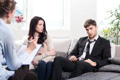 年轻夫妇咨询在心理学家 库存图片