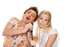 夫妇唱歌年轻人 免版税图库摄影