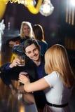 夫妇喝一杯在酒吧 库存照片
