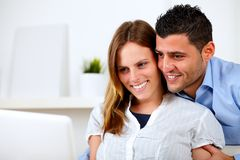 夫妇回家看起来的膝上型计算机浪漫对年轻人 库存图片