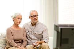 夫妇回家高级电视注意 免版税库存照片