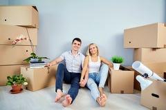 夫妇在一个新房里,公寓 免版税库存图片