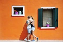 夫妇在一个晴天在Burano,威尼斯,意大利 库存照片