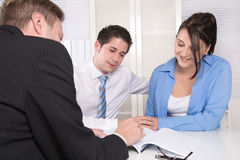 年轻夫妇在会议-保险或银行 图库摄影