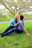 年轻夫妇在佐仓的庭院里在公园 库存照片
