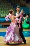 年轻夫妇在体育跳舞竞争 免版税图库摄影