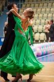 年轻夫妇在体育跳舞竞争 免版税库存照片
