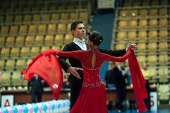年轻夫妇在体育跳舞竞争 库存照片