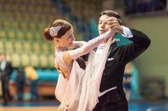 年轻夫妇在体育跳舞竞争 免版税库存图片