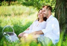 年轻夫妇在公园。野餐 库存图片