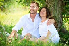 年轻夫妇在公园。野餐 免版税库存照片