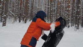 夫妇在公园在冬天投掷雪在慢动作 影视素材