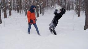 夫妇在公园在冬天投掷雪在慢动作 股票录像