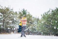 夫妇在冬天公园 库存图片
