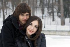 年轻夫妇在冬天公园 免版税库存图片