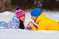 年轻夫妇在冬天森林 免版税库存图片