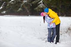 年轻夫妇在冬天森林 免版税库存照片