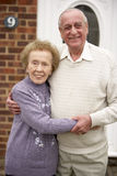 夫妇在前辈之外回家 免版税库存图片