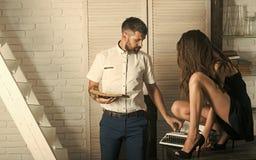 夫妇在办公室 有性感的妇女秘书类型的行家在葡萄酒打字机 库存图片