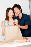 夫妇在厨房里 免版税图库摄影