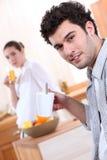 夫妇在厨房里 免版税库存图片